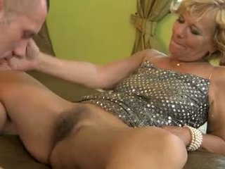 Hairy old gilf gets pussyfucked deeply