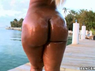 BBW Gizelle let her gigantic booty breathe whoile was walking by the beach Video