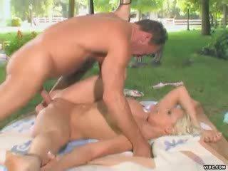 Blond Nikki Hunter wants juicy puss drilled